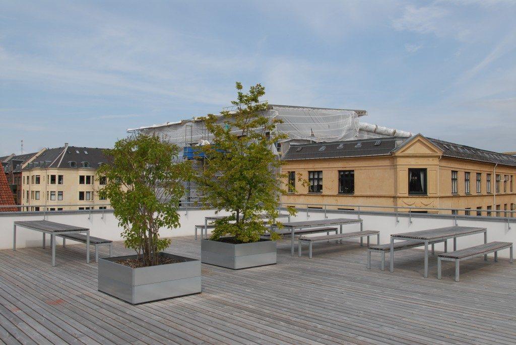 grøn frokoststue på tagterrassen med højbede