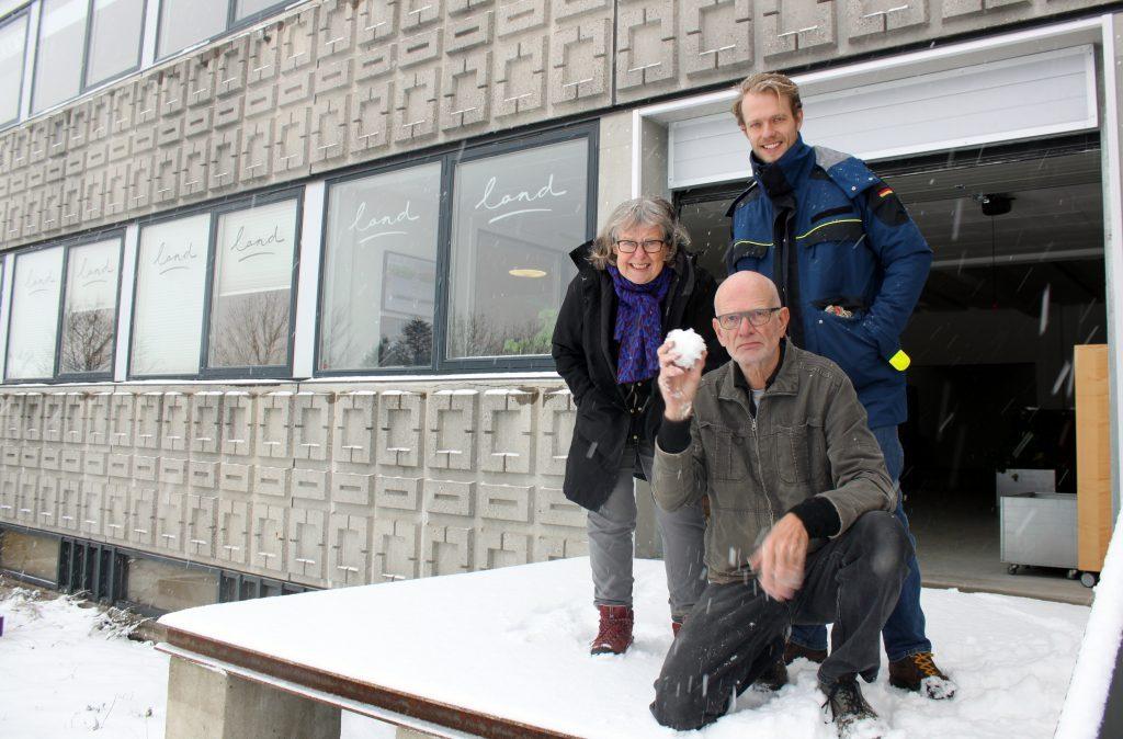 Klar til at lancere sæsonens nyheder 2016: Thule, Marie og Søren foran Lands lagerbygning på Amager