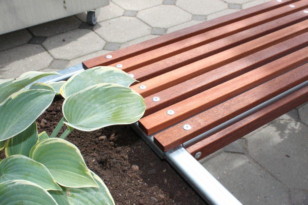 Bænk til Land Modern plantekummer, bænken hviler på siderne af plantekummerne