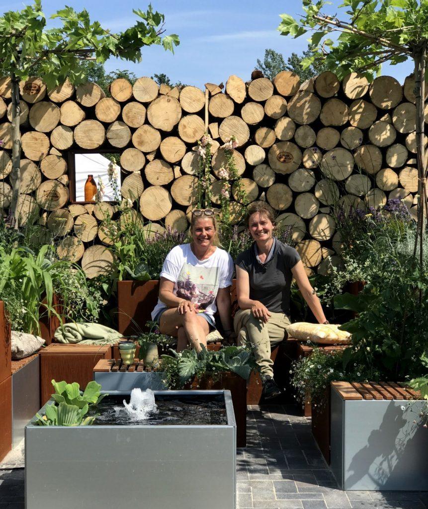 Viser Dorthe Kvist fra Meltdesignstudio og Anne fra Land Højbede, som sidder i Det rummelige haverum efter tre varme dage med opbygning af haven op til CPH Garden