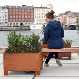 Kvadratiske plantekummer fra Land Højbede i Corten med Land Modern bænk