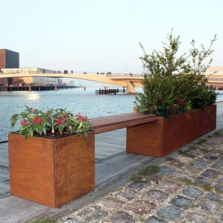 Land Modern 40 x 40 cm og 40 x 240 cm plantekummer fra Land Højbede med Land Modern bænk i mahogni