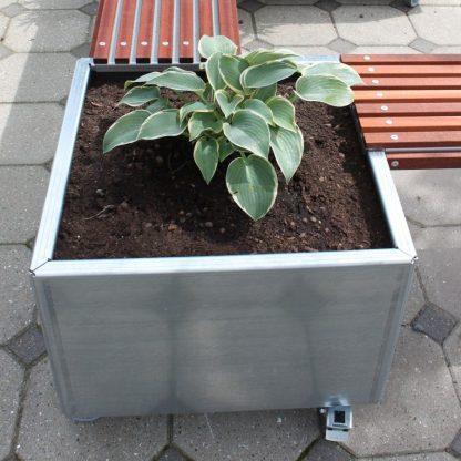 Land Modern 60 x 60 cm plantekumme i galvaniseret stål, her sat sammen med Land Modern bænke