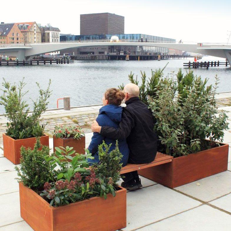 Plantekummer med bænk fra Land Højbede til samvær og grønt pusterum