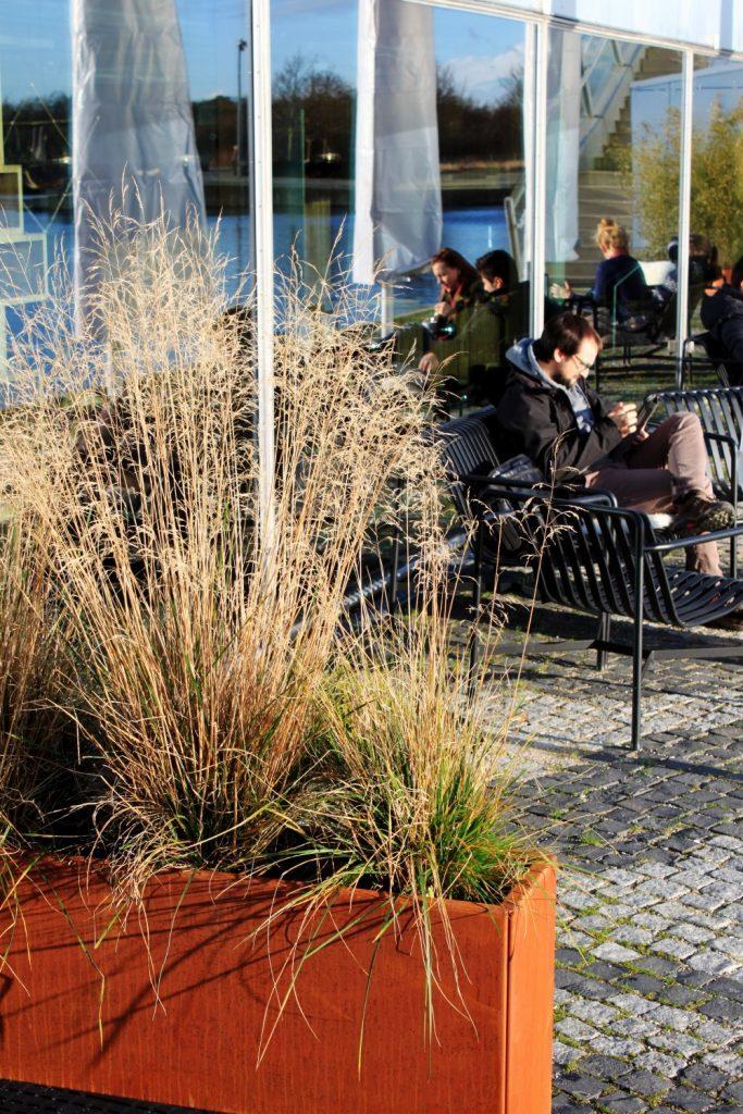 Land Modern Slim plantekasse i cortenstål fra Land Højbede ved Café 8-tallet