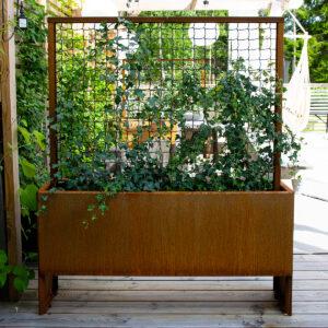 Land Modern Slim smal og høj plantekasse med espalier fra Land Højbede som rumdeler og læskærm på terrassen