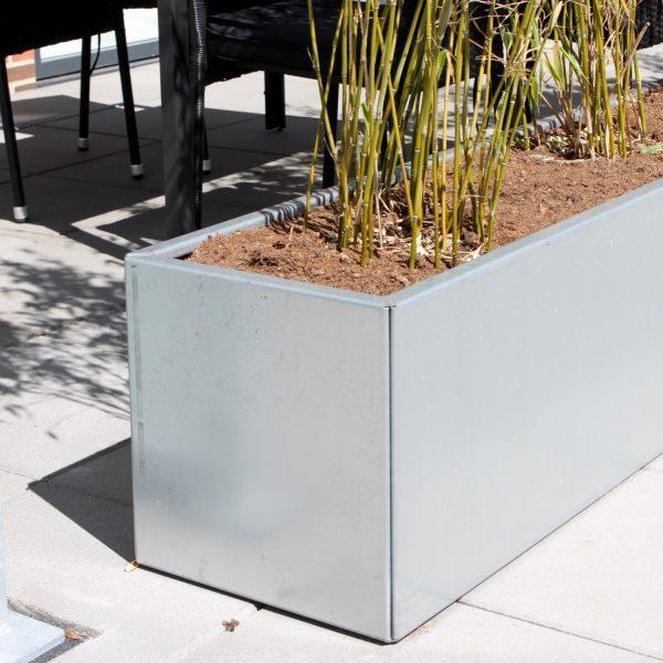 Land Modern galvaniseret plantekasse fra Land Højbede som læskærm på terrassen