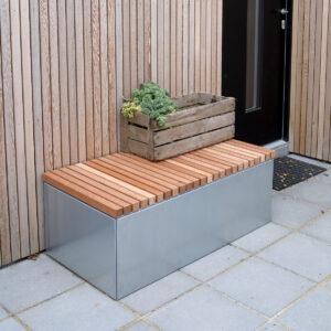 Land Modern bænk med 4x4 cm mahognilister monteret på en 60x120 cm galvaniseret plantekasse fra Land Højbede