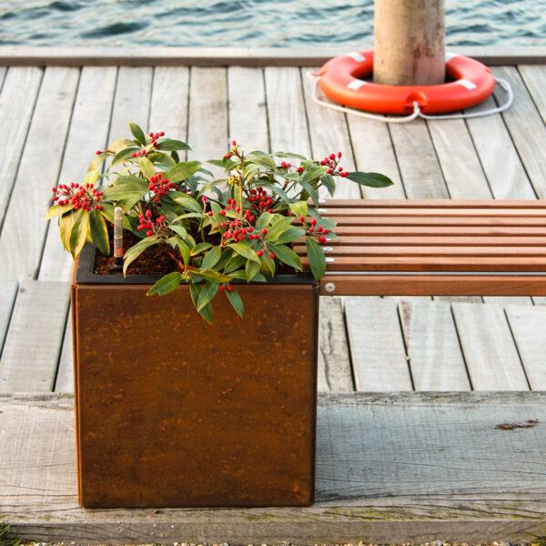 Land Modern bænk med mahognilister fra Land Højbede ved havnen
