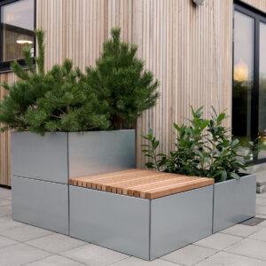 Land Modern bænksæt med bænke af 4x4 cm mahognilister fra Land Højbede rundt om hjørnet af hus med træfacade