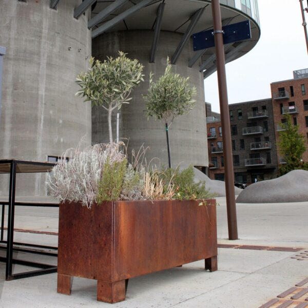 Blomsterkumme fra Land Højbede, i corten med ben, i byrummet i Nordhavn