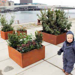 Land Modern kvadratiske plantekummer i corten fra Land Højbede