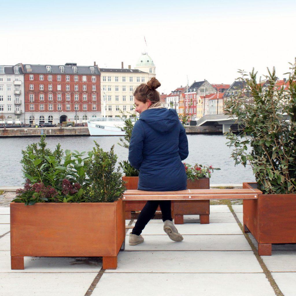 Land Modern kvadratiske plantekasser i Corten med ben og bænk i bymiljø ved havnen