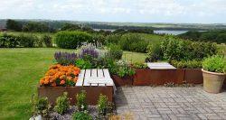 Land Modern plantekummer med udsigtsbænk