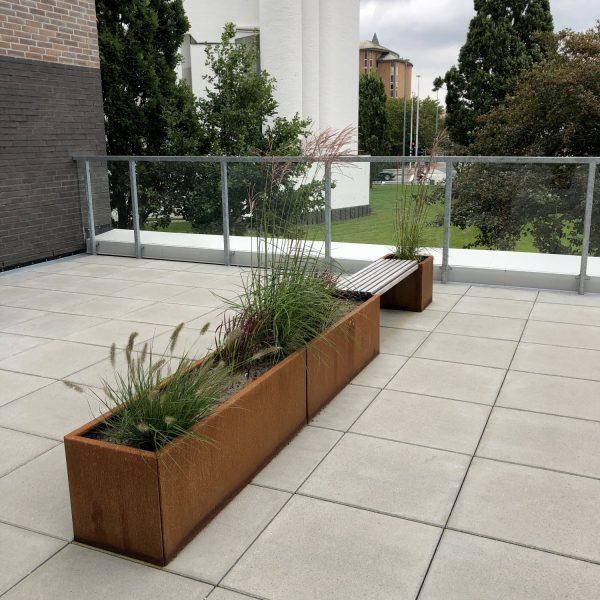 Land Modern plantekassesæt Langelinie i corten med bænk fra Land Højbede