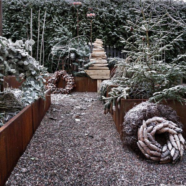Kraftige plantekummer fra Land Højbede i rimfrost