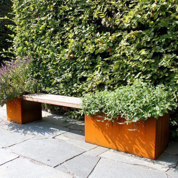Plantekasser med bænk fra Land Højbede i Rosendahls Trädgård i Stockholm