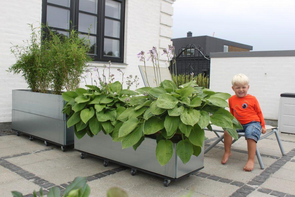 Land Classic højbede er prisbelønnet dansk design. Her ses de med hjul som mobil læskærm på terrassen