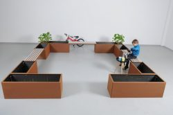 Mødested med plantekummer og bænke i kraftigt råjern