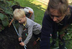 Børnene med i haven