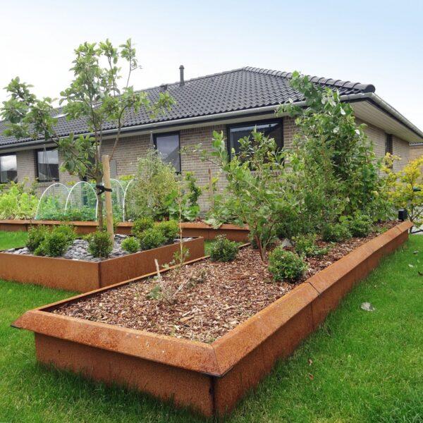 Sneglefri køkkenhave med højbede med sneglehegn fra Land Højbede
