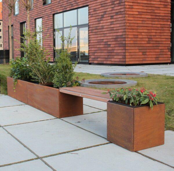 40 x 40 og 40 x 120 plantekummer i corten med Land Modern bænk